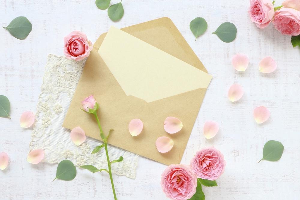 封筒と薔薇の画像