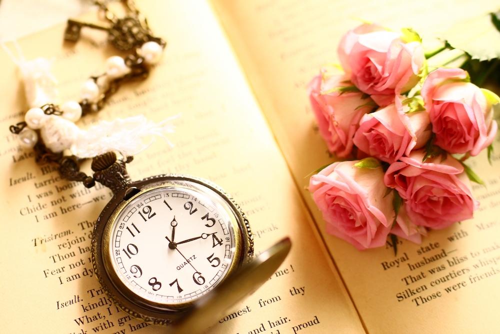 薔薇と時計の画像